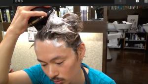 ヤーマンの頭皮マッサージ器具でシャンプーする