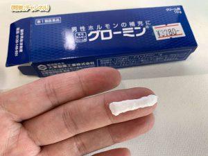 グローミンは2センチほど指にとって、薄く伸ばしいきます